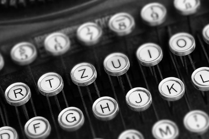 Кто из зарубежных писателей опубликовал свой дебютный роман после 40 лет?